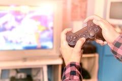 Plan rapproché de mâle jouant des jeux vidéo à la maison ; vidéo c de contrôleur image stock