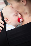 Plan rapproché de mère et de bébé garçon Image stock