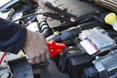 Plan rapproché de mécanicien Attaching Jumper Cables To Car Battery Photo stock