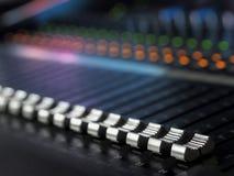 Plan rapproché de mélange de bureau de studio d'enregistrement sonore Panneau de commande de mélangeur photos stock