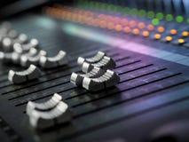 Plan rapproché de mélange de bureau de studio d'enregistrement sonore Panneau de commande de mélangeur photos libres de droits