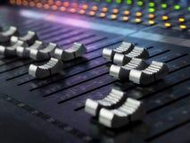 Plan rapproché de mélange de bureau de studio d'enregistrement sonore Panneau de commande de mélangeur image libre de droits