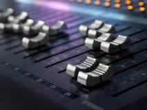 Plan rapproché de mélange de bureau de studio d'enregistrement sonore Panneau de commande de mélangeur images libres de droits