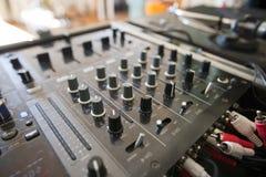 Plan rapproché de mélangeur du DJ Photos stock