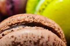plan rapproché de macaron de chocolat Images stock