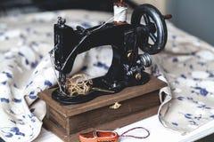 Plan rapproché de machine à coudre de main Image stock