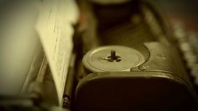 Plan rapproché de machine fonctionnante de machine à écrire, collection d'objet de vintage, rétro banque de vidéos