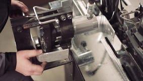 Plan rapproché de machine pliant un morceau de métal banque de vidéos