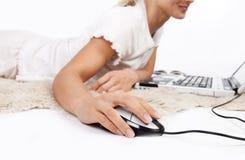 Plan rapproché de main avec la souris d'ordinateur images stock