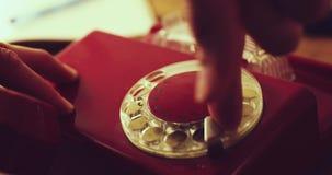 plan rapproché de main composant le téléphone rotatoire de vieux cru banque de vidéos