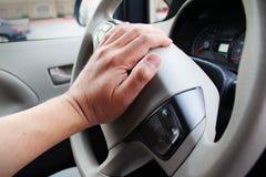 Plan rapproché de main cornant le klaxon de voiture Images libres de droits