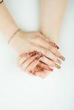 Plan rapproché de main de femme avec la belle manucure sur le fond blanc Image stock