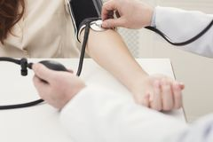 Plan rapproché de main de docteur utilisant le tonometer photo stock