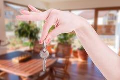 Plan rapproché de main femelle tenant la clé de maison Photographie stock