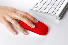 Plan rapproché de main de femme d'affaires utilisant la souris et le clavier sans fil d'ordinateur Photographie stock libre de droits
