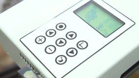 Plan rapproché de main de femme touchant le bouton sur l'écran opérationnel banque de vidéos