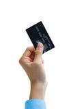 Plan rapproché de main jugeant la carte de crédit d'isolement au-dessus du blanc Image libre de droits