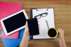 Plan rapproché de main tenant le smartphone Photographie stock libre de droits