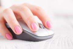 Plan rapproché de main utilisant la souris d'ordinateur photographie stock