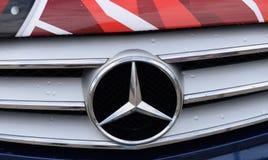 Plan rapproché de marque de voiture d'emblème de Mercedes images stock