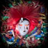 Plan rapproché de masque de carnaval de pierrot sur un fond de streptocoque coloré Image libre de droits