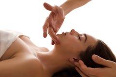 Plan rapproché de massage de visage d'une femme dans la station thermale photo stock
