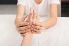 Plan rapproché de massage de main, acupressure photographie stock libre de droits