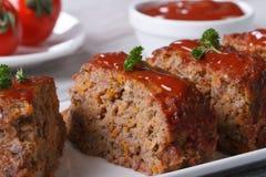 Plan rapproché de Meat Loaf découpé en tranches d'un plat, horizontal Photos stock