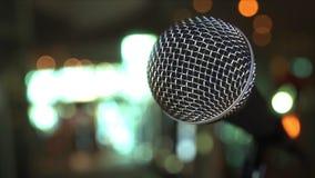 Plan rapproché de microphone sur le fond brouillé, rendu 3D Images stock
