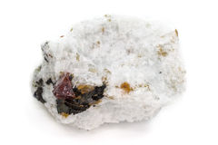 Plan rapproché de minerai naturel avec les cristaux rouges de Zircon Photographie stock libre de droits