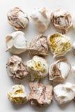 Plan rapproché de mini meringues sur le blanc comme fond de nourriture Vue supérieure Différentes meringues faites maison sur un  Photographie stock libre de droits