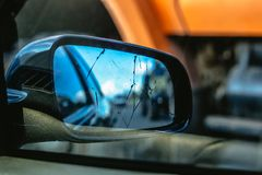 Plan rapproché de miroir de vue arrière endommagé Images stock