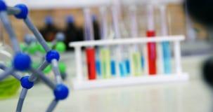 Plan rapproché de modèle de molécule et produits chimiques sur la table 4k clips vidéos