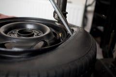 Plan rapproché de modification de pneu Photos libres de droits