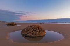 Plan rapproché de Moeraki Boulder à marée basse, plage de Koekohe, Nouvelle-Zélande Images stock