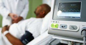 Plan rapproché de moniteur de fréquence cardiaque dans l'icu clips vidéos