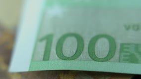 Plan rapproché de monnaie fiduciaire de note de l'euro 100 Macro vue banque de vidéos