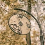 Plan rapproché de montre décorative cassée de vintage en vieux parc Concept du changement des saisons, humeur de nostalgique d'au photos libres de droits