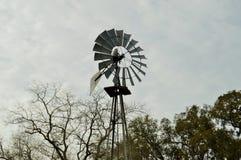 Plan rapproché de moulin à vent contre le ciel Image stock