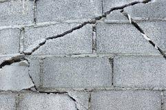 Mur de briques criqué Photo stock