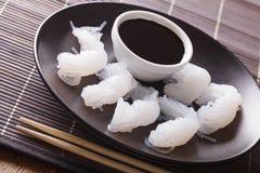 Plan rapproché de nouilles de Shirataki et de sauce de soja sur la table horizontal Photographie stock