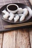 Plan rapproché de nouilles de Shirataki et de sauce de soja sur la table vertical Photo libre de droits