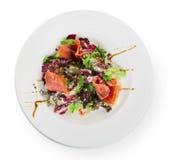 Plan rapproché de nourriture de restaurant - salade avec le prosciutto et les légumes Images libres de droits