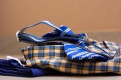 Plan rapproché de nouvel uniforme scolaire d'un enfant au sol à la maison photographie stock libre de droits