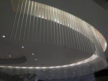 Plan rapproché de nouvelle conception de plafond dans la boutique hors taxe d'aéroport de Malaga Images stock