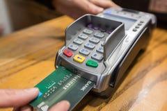 Plan rapproché de paiement par carte de crédit d'American Express, RP d'achat et de vente Photo libre de droits
