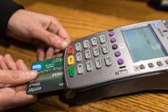 Plan rapproché de paiement par carte de crédit d'American Express, RP d'achat et de vente Photos stock