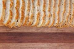 Plan rapproché de pain coupé en tranches Regard rustique sur le fond de conseil en bois photo stock