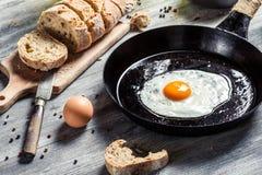Plan rapproché de pain frais et d'oeuf au plat pour le petit déjeuner Photos libres de droits