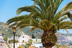 Plan rapproché de palmier sur un fond d'église d'Ermita de Sant Sebastia, Sitges, Barcelone, Catalunya, Espagne Photos libres de droits